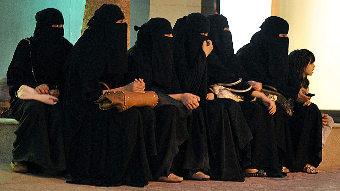 landscape_saudi_women_wait_for_their_drivers_outside_a_shopping_mall_in_riyadh_on_september_26_2011_a_d-mr