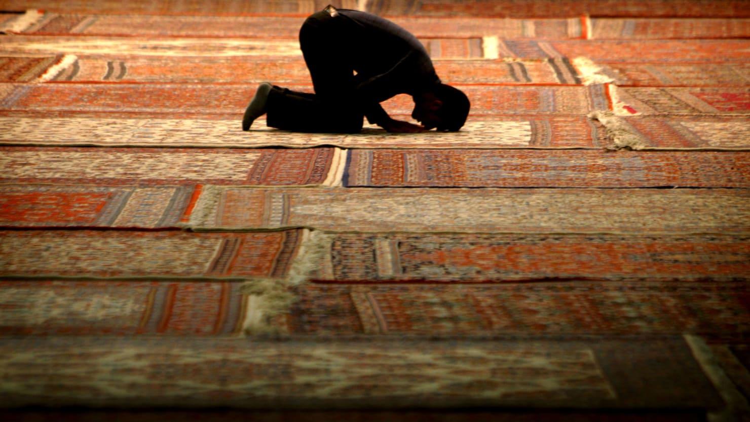 171206-prayer-rug-tease_jcr0ed