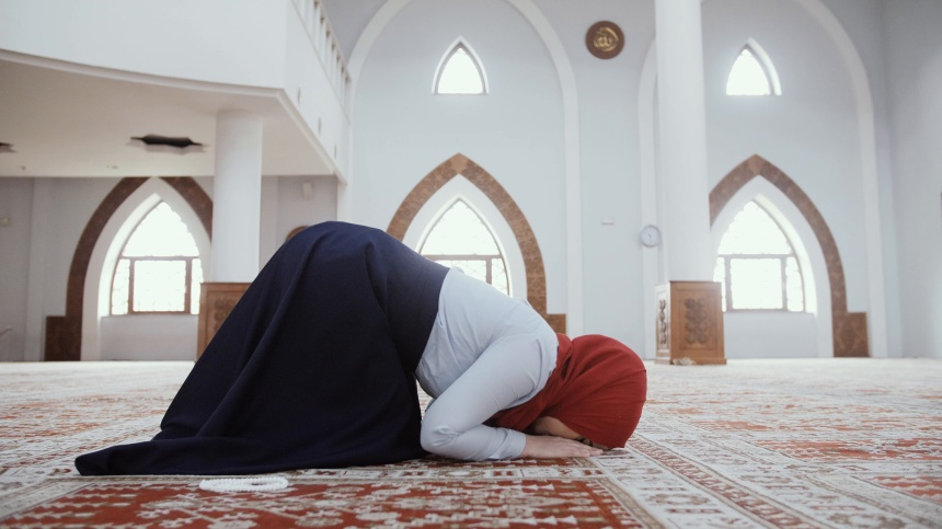 muslim-young-girl-praying-mosque-footage-085586238_prevstill