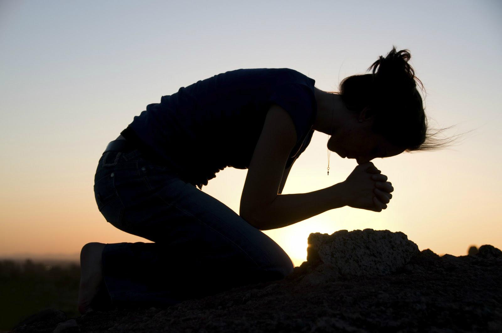 praying-girl-on-knees