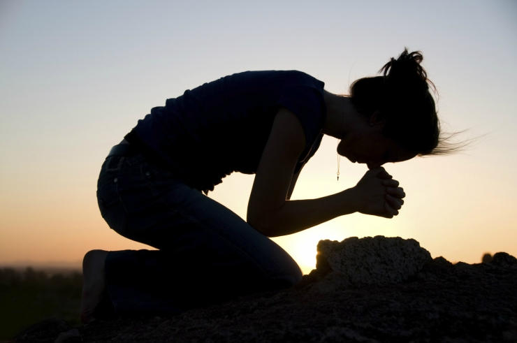 praying-girl-on-knees