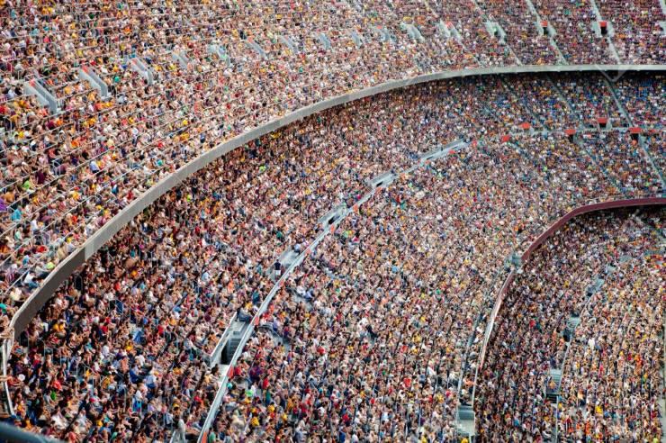 33445047-penggemar-di-stadion sepak bola-besar