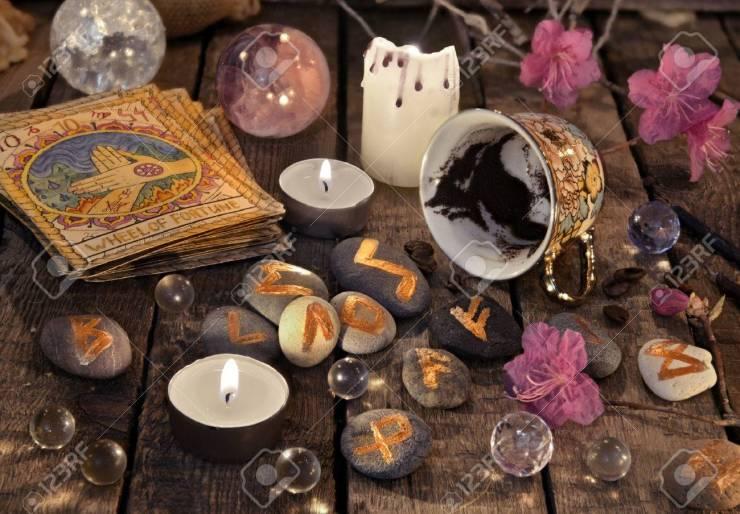 78663788-mystique-nature-morte-avec-des-marc-de-café-des-cartes-de-tarot-et-des-runes-de-pierre-fond-d-hallo