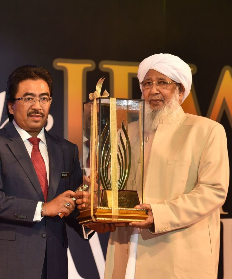 Sheikh_Abubakr_receiving_an_Award_by_OIC_Today