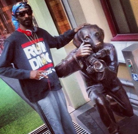 Snoop_Dogg_with_Gillie_and_Marc's__Paparazzi_Dog_,_2014