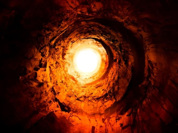 Terowongan yang panas dan membakar ke cahaya.  Jalan ke dunia lain.